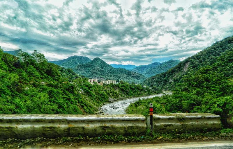 Montagna e fiume fotografie stock