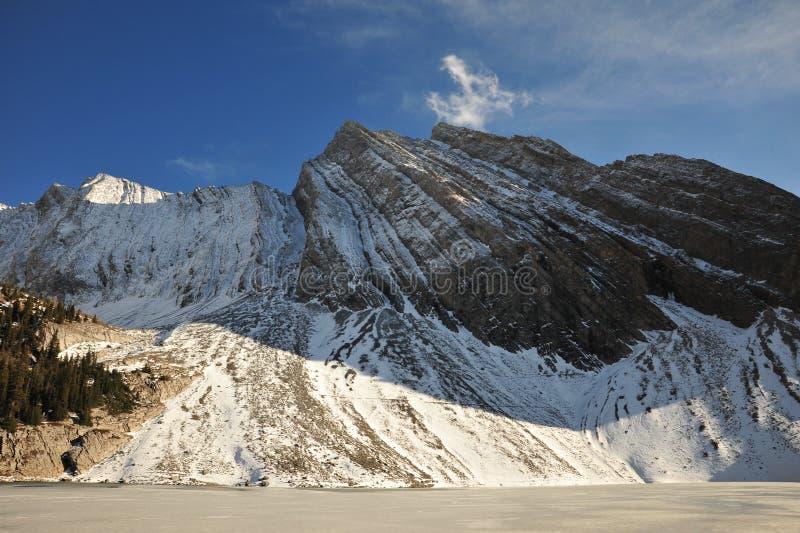 Download Montagna e lago della neve fotografia stock. Immagine di autunno - 7320460