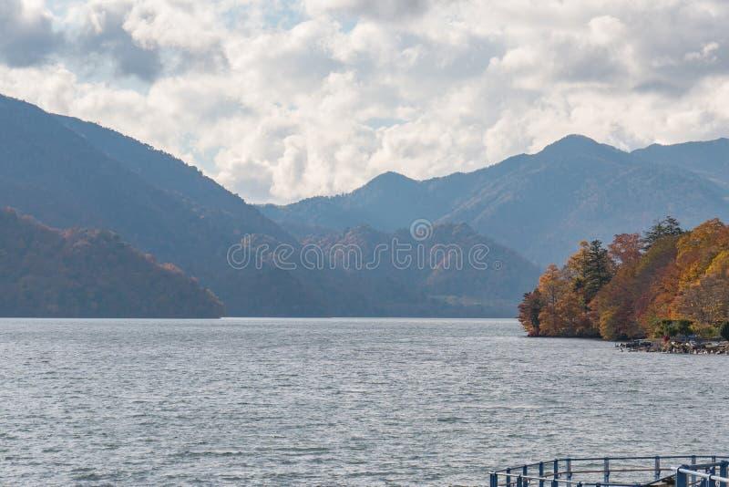 Montagna e lago nella stagione di autunno fotografia stock libera da diritti