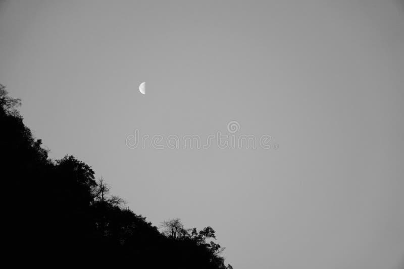 Montagna e luna del monte Emei fotografie stock