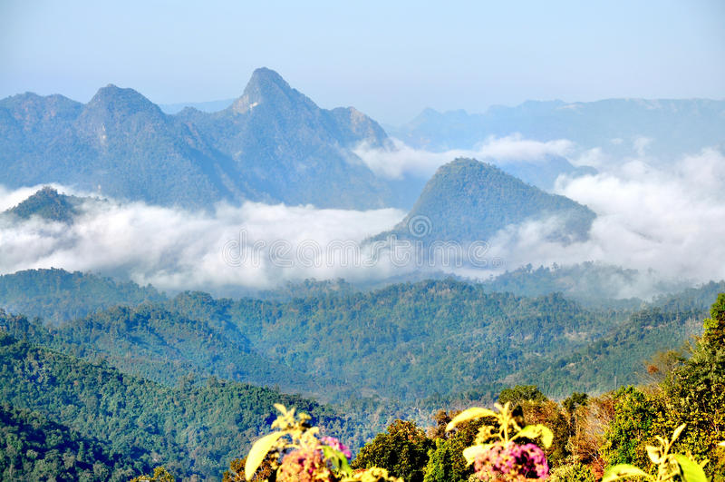 Montagna e nebbia fotografie stock