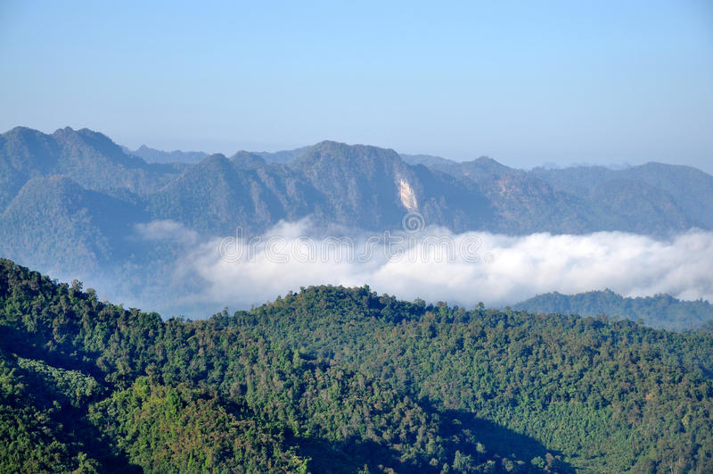 Montagna e nebbia immagini stock