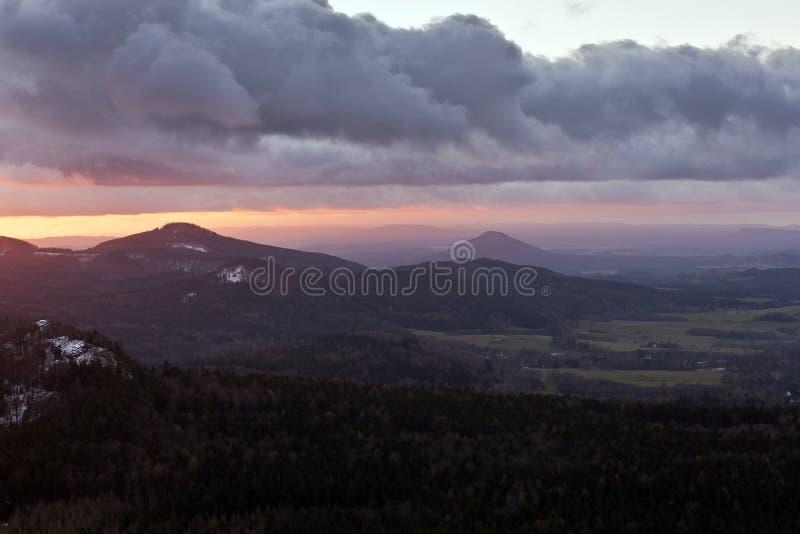 montagna e tramonto immagine stock libera da diritti