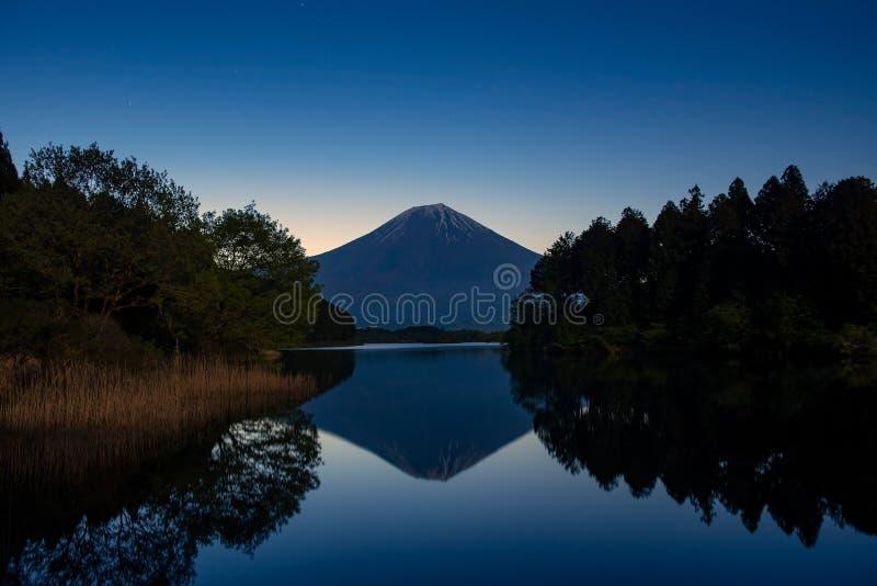 Montagna Fuji nel tempo di alba fotografie stock