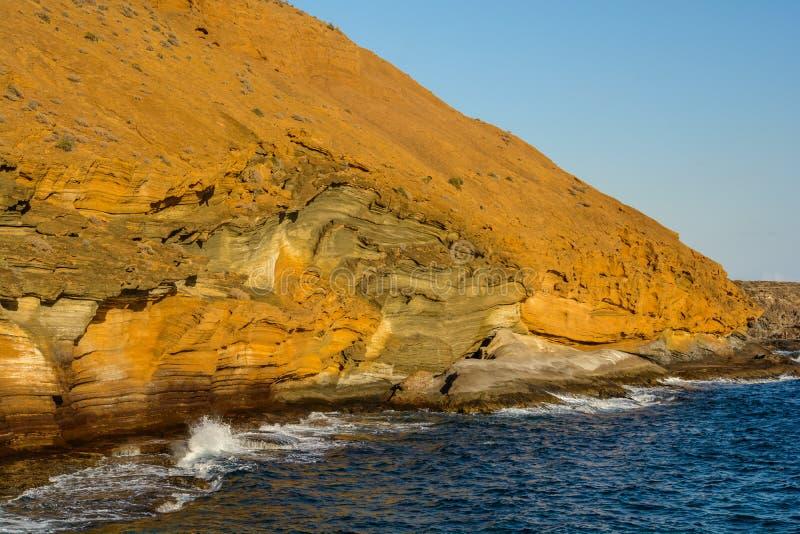 Montagna gialla dal mare, Tenerife fotografie stock