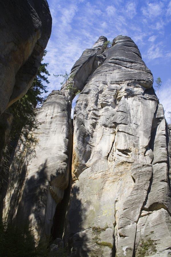 Montagna grigia della roccia sotto cielo blu immagini stock libere da diritti
