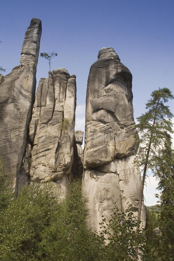 Montagna grigia della roccia sotto il chiaro cielo immagini stock libere da diritti