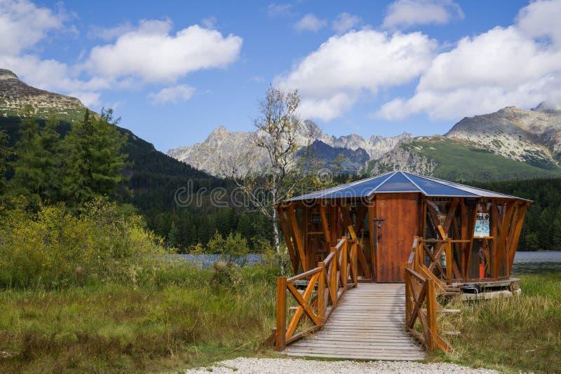 Montagna il Tarn di Strbske Pleso in alte montagne di Tatras slovakia fotografie stock libere da diritti