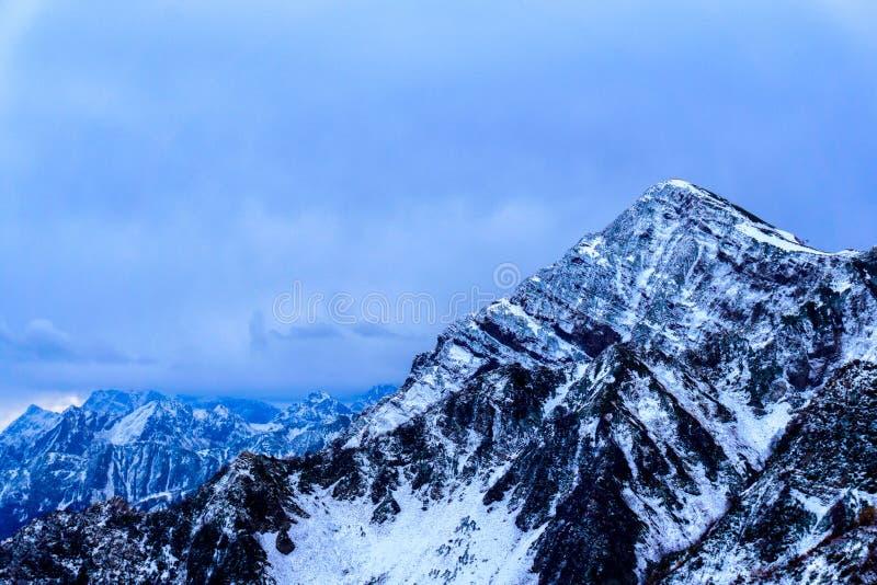 Montagna irregolare in Soci, Russia nell'inverno fotografia stock