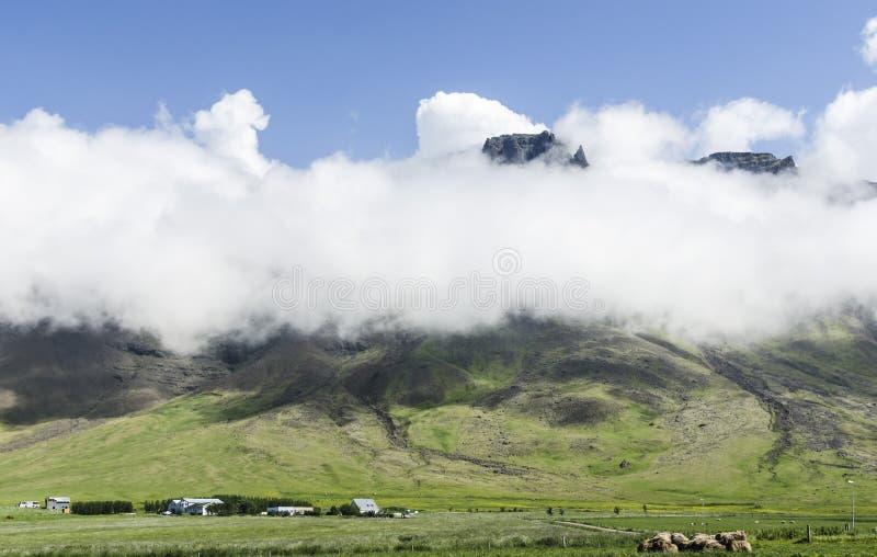 Montagna islandese in nuvole sul modo al raccordo anulare fotografia stock