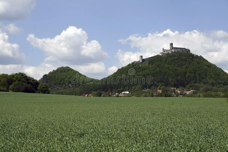 Montagna lontana con il castello sulla cima fotografia stock
