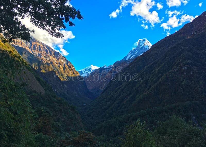 Montagna Machapuchare e cresta immagini stock libere da diritti
