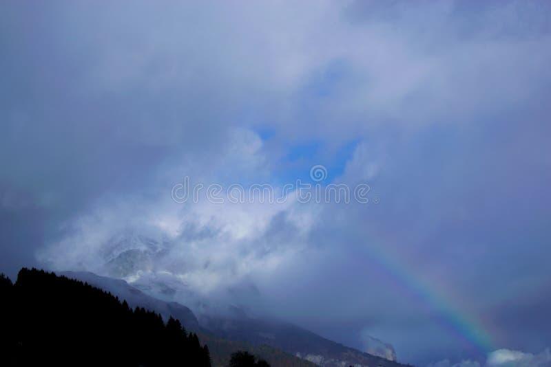 Download Montagna, Nuvole, Arcobaleno Fotografia Stock - Immagine di tranquil, cielo: 117978426