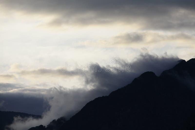 Montagna nuvolosa, Mountain View nebbioso immagine stock libera da diritti