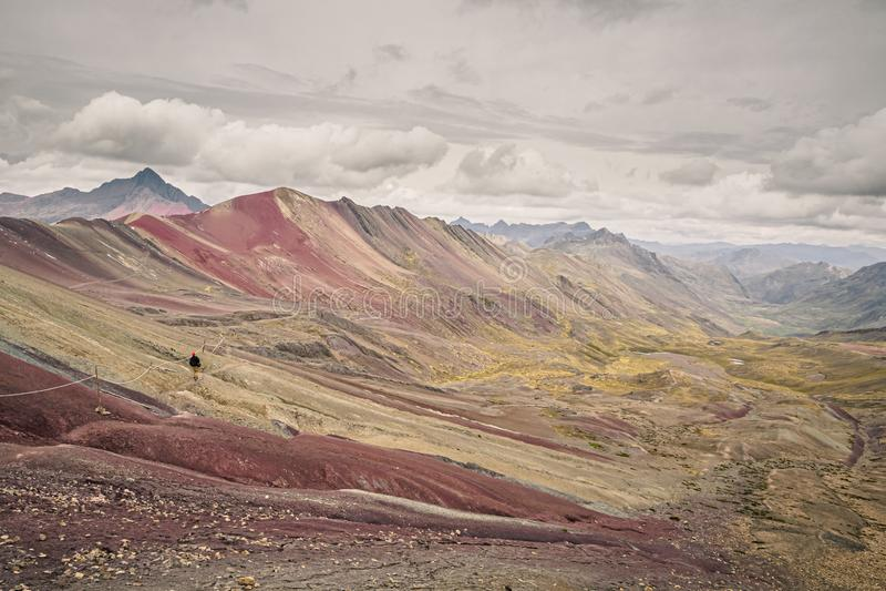 Montagna o Vinicunca dell'arcobaleno nel Perù del sud Uomo che fa trekking immagini stock libere da diritti