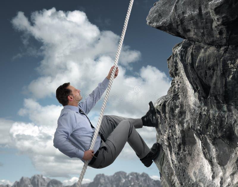 Montagna rampicante dell'uomo d'affari immagini stock