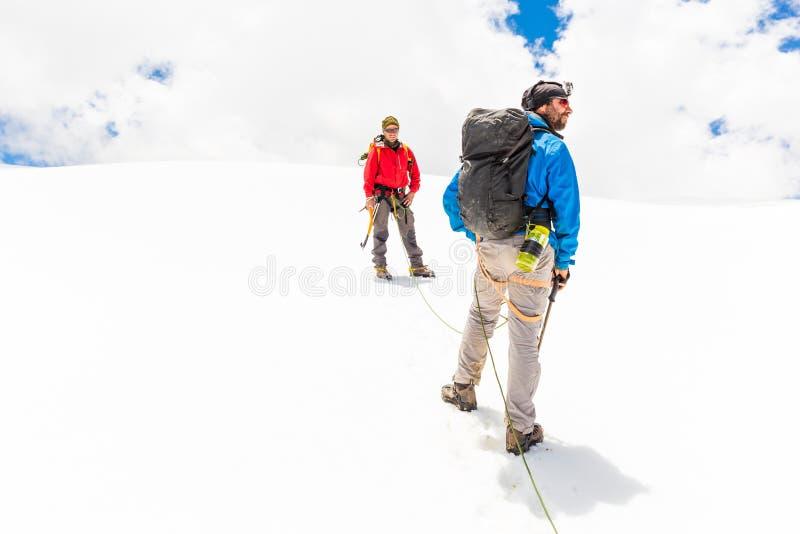 Montagna rampicante di camminata le Ande Perù del ghiacciaio del ghiaccio di due amici degli alpinisti fotografie stock