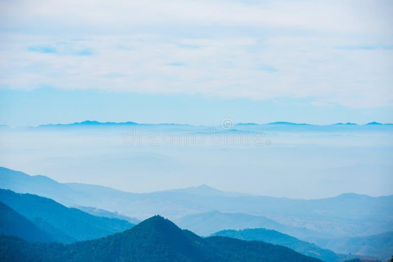 Montagna scenica con nebbia dentro, strato dalla natura in immagine stock libera da diritti