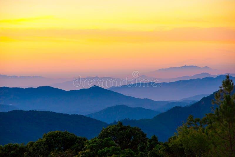Montagna scenica con nebbia in Tailandia, strato dalla natura in immagine stock libera da diritti