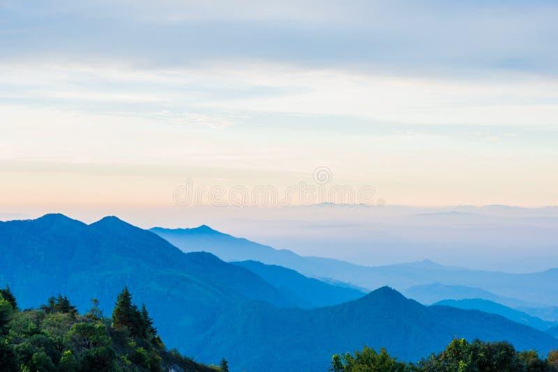 Montagna scenica con nebbia in Tailandia, strato dalla natura in immagine stock