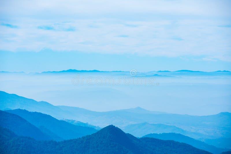 Montagna scenica con nebbia in Tailandia, strato dalla natura in fotografia stock