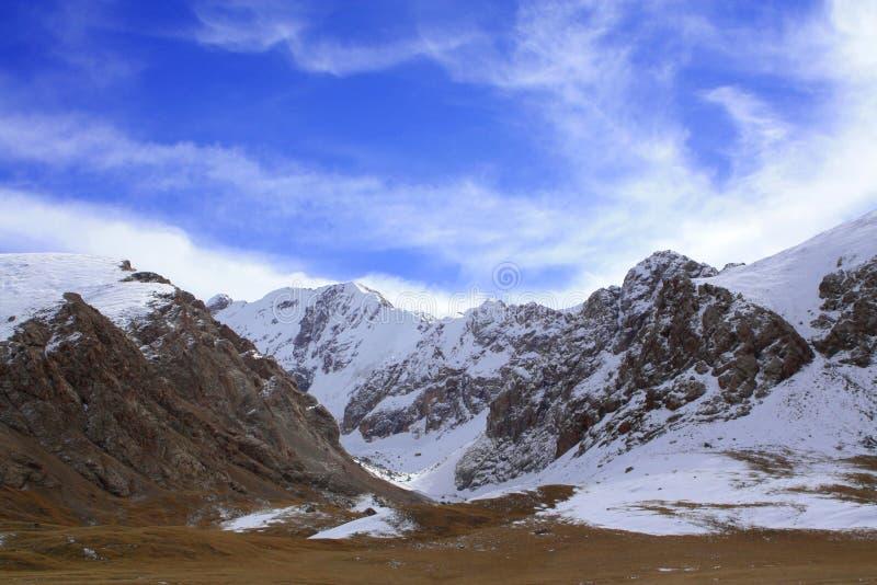 Montagna selvaggia della neve al Kirghizistan fotografia stock libera da diritti