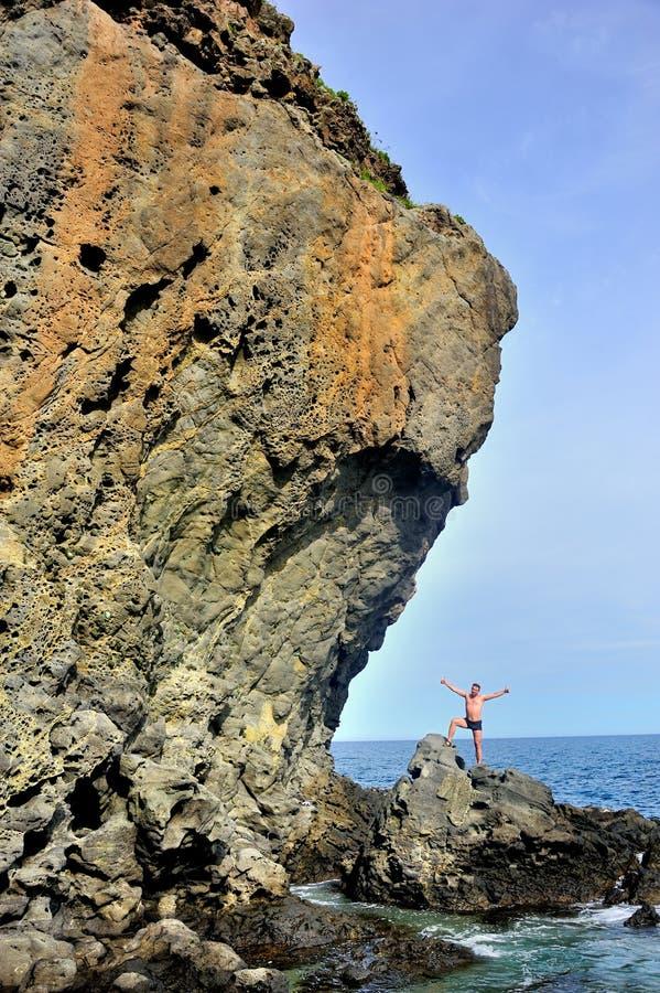 Montagna sopra il mare immagini stock