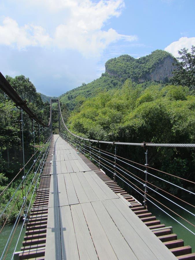Montagna Tailandia non vista del cuore del ponte di corda fotografia stock