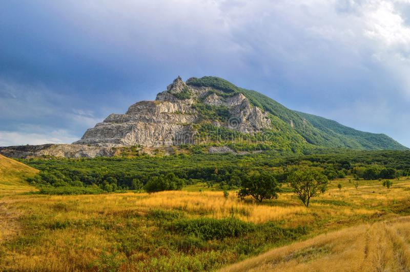 Montagna Zmeyka vicino alla città di Mineral'nye Vody, Caucaso, Russia immagine stock