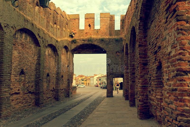 Montagnana, Италия 6-ое августа 2018: Крепость города Высокие стены красного кирпича стоковые изображения rf
