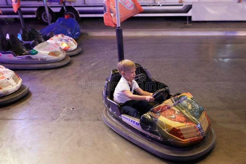 Montagnana, Itália - 14 de julho de 2017: uma criança está montando em um parque de diversões imagem de stock royalty free