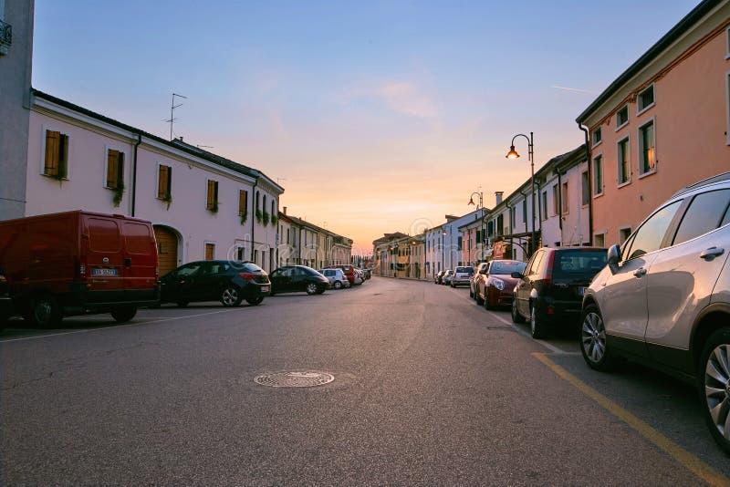 Montagnana, Italie - 25 août 2017 : Alberti Street le soir au coucher du soleil photo libre de droits