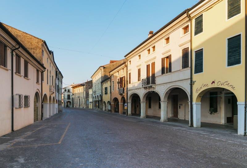 Montagnana, Italie - 6 août 2017 : architecture des rues tranquilles de la vieille ville pendant le début de la matinée photographie stock