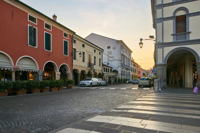 Montagnana, Italie - 25 août 2017 : Rue confortable de ville le soir photographie stock