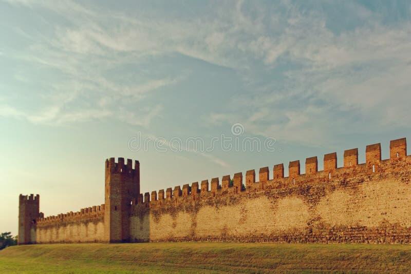 Montagnana, Italie le 6 août 2018 : Forteresse de ville Hauts murs de brique rouge photos stock