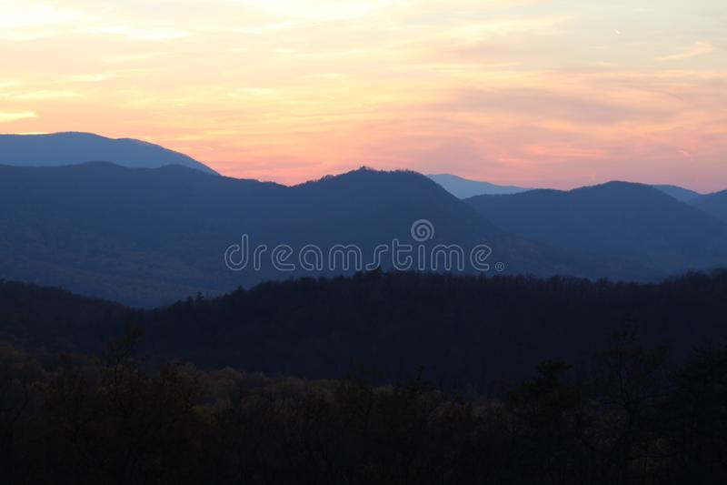 Montagne al crepuscolo fotografia stock libera da diritti