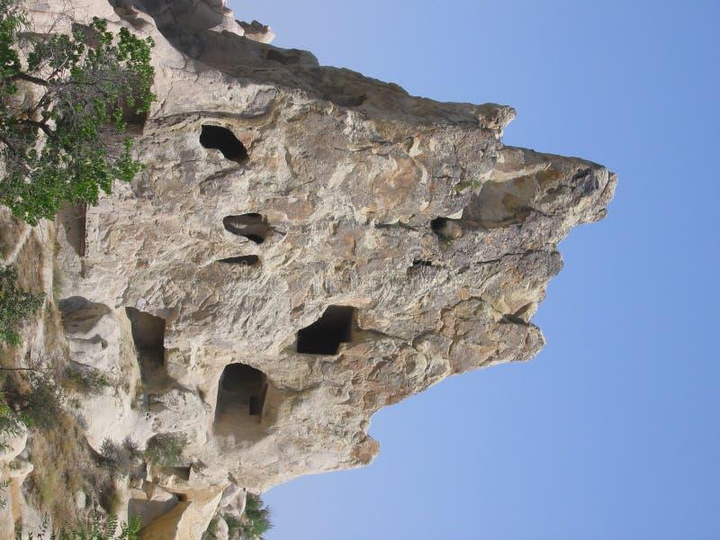 Montagne avec des cavernes photo stock