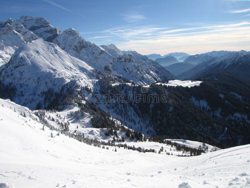 Montagne avec la neige photo libre de droits