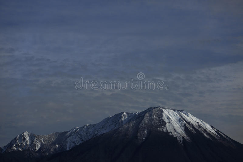 Montagne avec la neige photographie stock