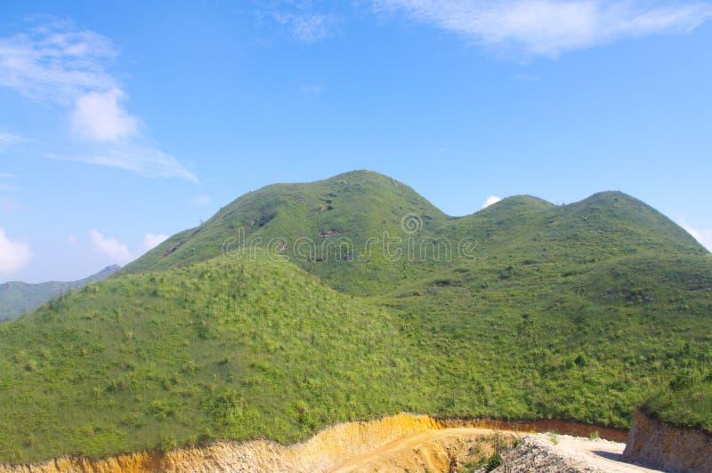 Montagne avec le beau pelouse sous le ciel photographie stock