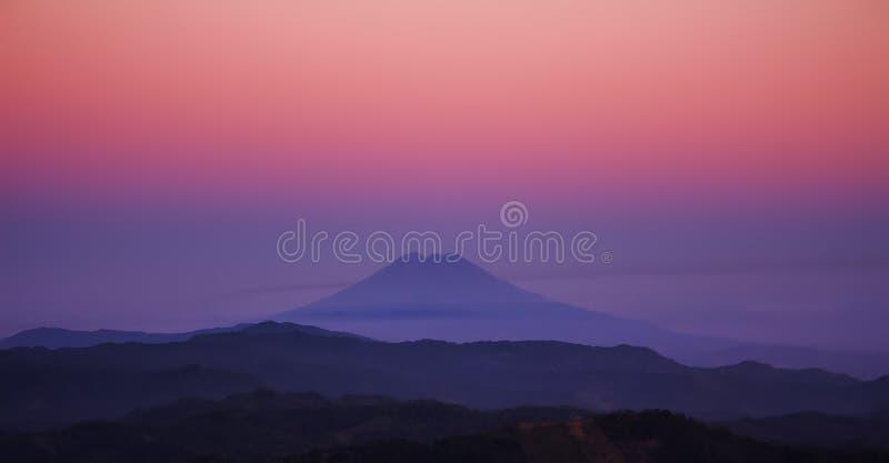 Montagne avec un ciel coloré photographie stock libre de droits