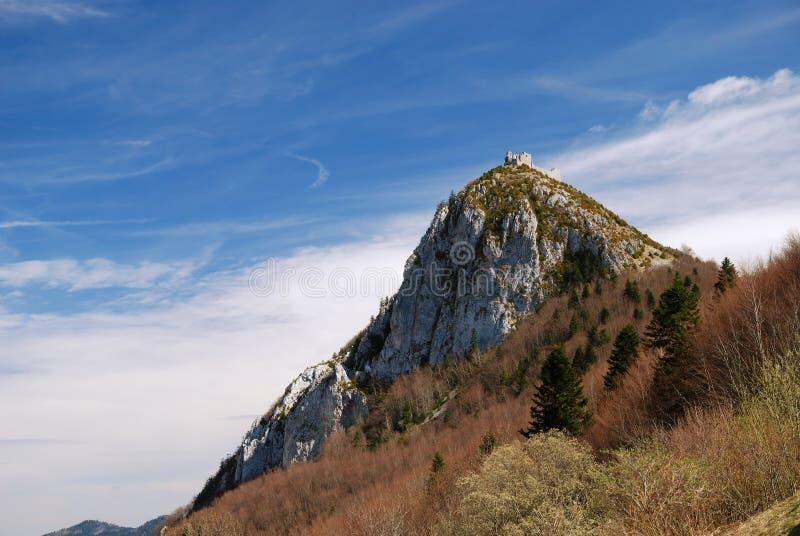 Montagne avec une forteresse ruineuse Montsegur photos libres de droits