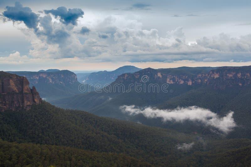 Montagne blu contenute paesaggio dell'Australia fotografie stock