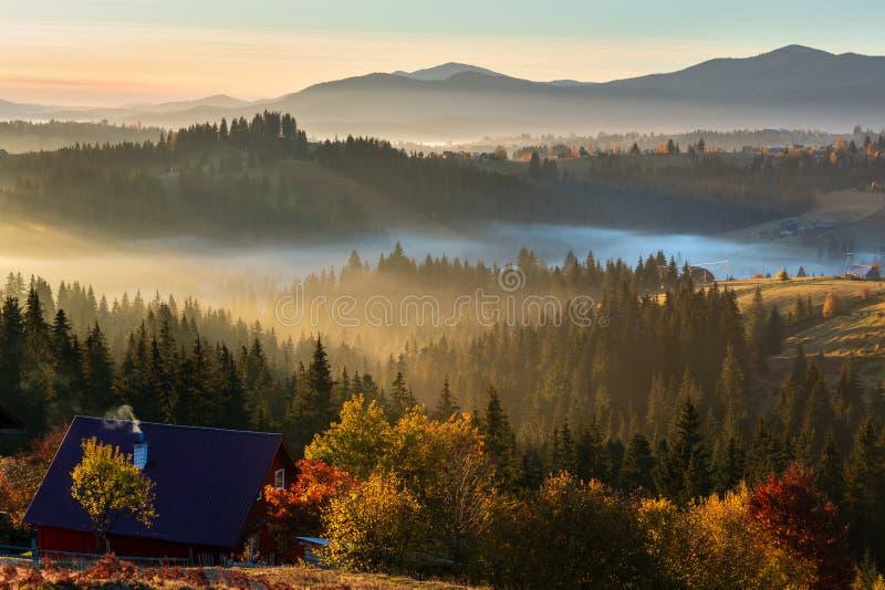 Montagne carpathienne d'automne brumeux de début de la matinée, Ukraine image stock