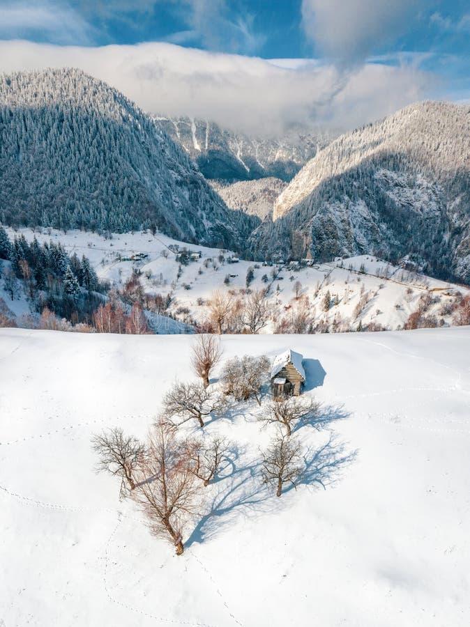 Montagne carpatiche di inverno nel villaggio Romania di Pestera fotografie stock libere da diritti