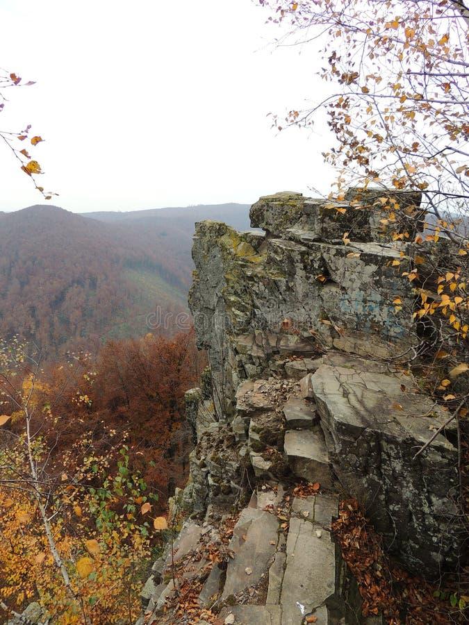 Montagne carpatiche nei colori di autunno fotografia stock libera da diritti