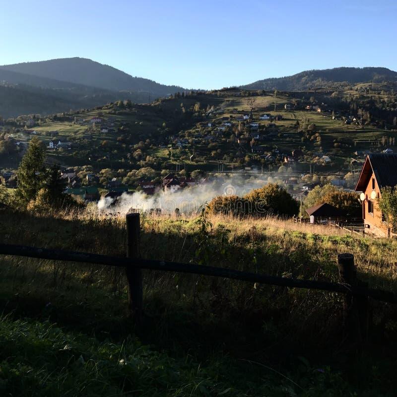 Montagne carpatiche ucraine in autunno fotografia stock