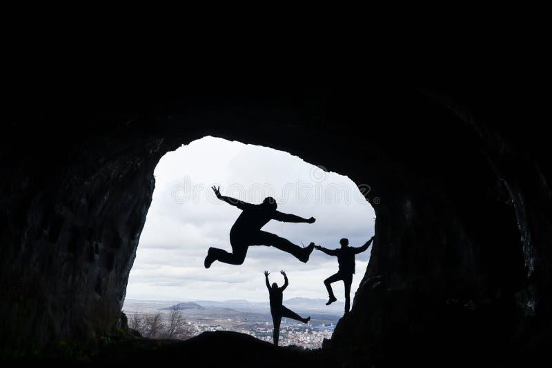 Montagne, caverne e felicità di punta della scoperta immagini stock