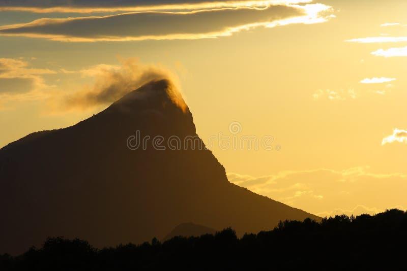 Montagne complétée par un nuage image stock