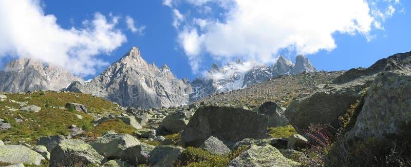 Montagne con i giacimenti di ghiaccio fotografia stock